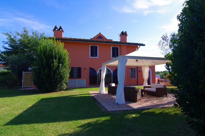 Villa Martini con grande giardino in Toscana, vacation rental in Ponsacco