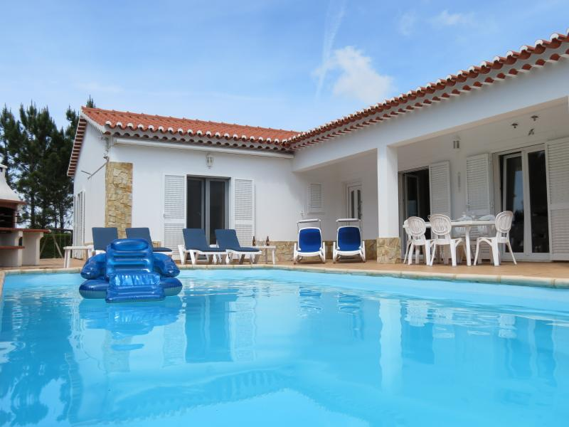 CasaBela Villa, private pool, large garden, great location, superb beaches, WiFi, vacation rental in Aljezur