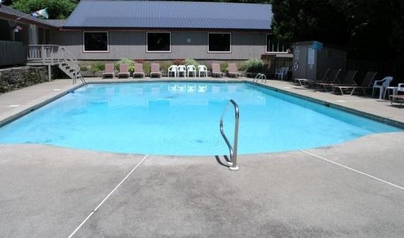Ontspan in het grote buitenzwembad hele zomer lang.