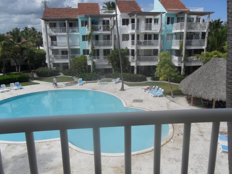 Vue sur la piscine depuis votre balcon spacieux