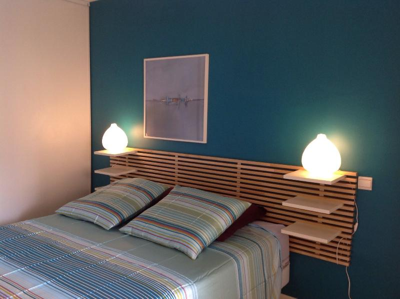 Blue bedroom with a kingsize bed of 160 cm