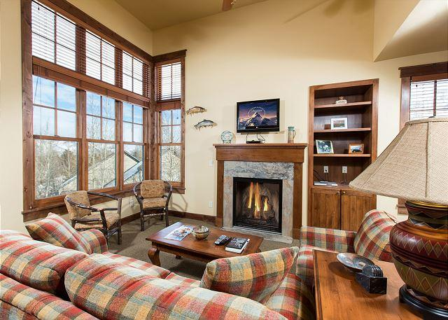 Short walk to Town Square in Jackson~Gorgeous Condo located on Snow King Mtn, vacation rental in Jackson