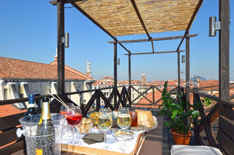 Cà Pesaro Terrace -  bright and spacious penthouse with three terraces, alquiler vacacional en City of Venice