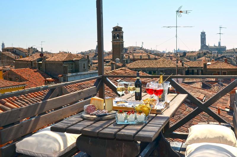 Godetevi la splendida vista panoramica dalla terrazza sul tetto condivisa
