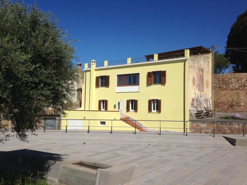 La casa tiene vistas a la Plaza del pueblo