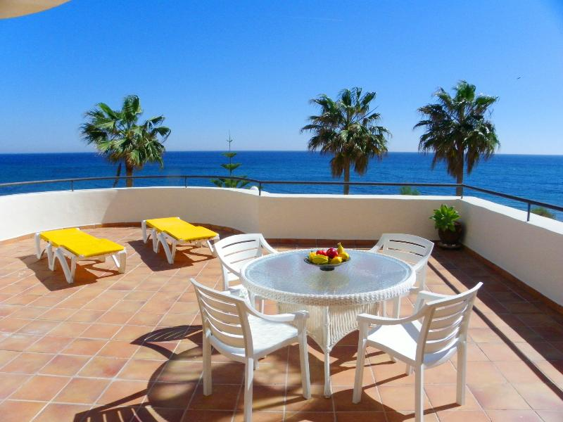 large terrace 100 m² with frontal sea view