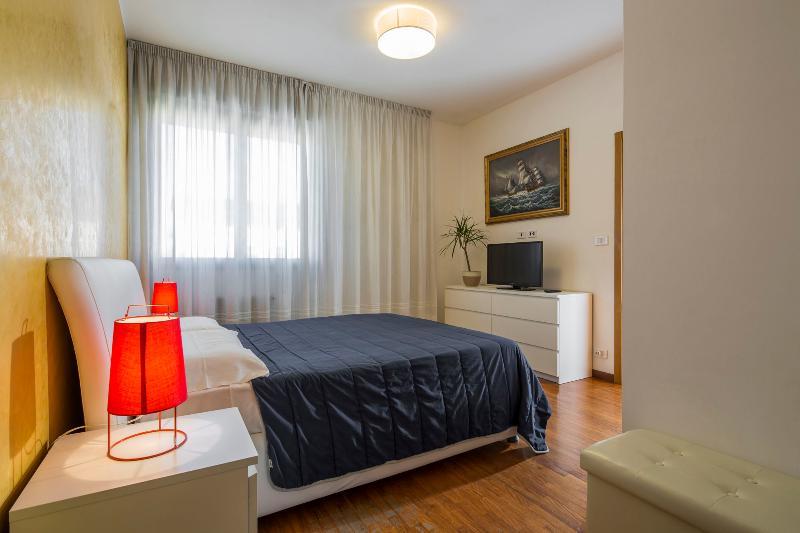 tonys place bologna suite con garage, holiday rental in Anzola dell'Emilia