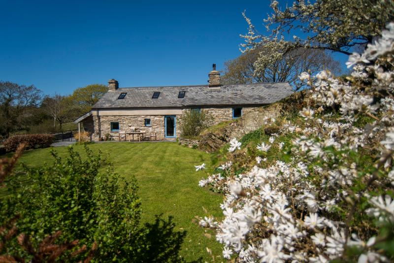 Tyn Llech - Beautiful 5 Star Cottage with Sea Views set on Private Rural Estate, holiday rental in Dolbenmaen