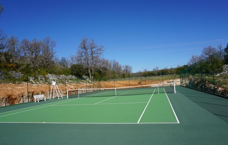 le tennis privé au milieu des lavandes