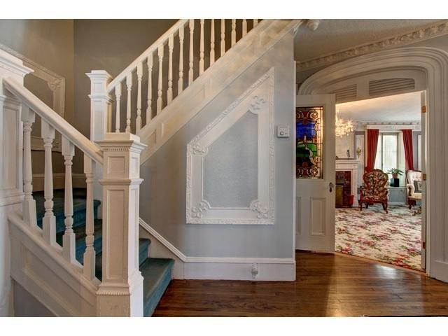 Escalier pour monter au 5 chambres du 2e étage.