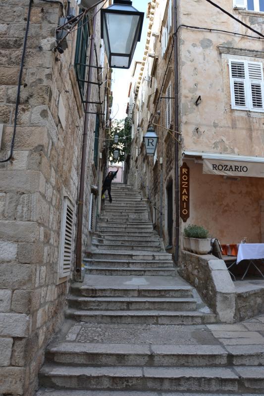 Vue depuis la rue à la maison de Cittadella. 50 mètres à la Promenade de la Stradun.