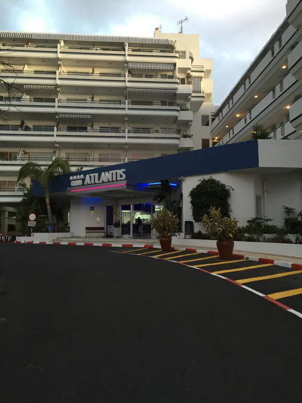 Hoofdingang. Mogelijkheid voor gratis beveiligde parkeerplaatsen.