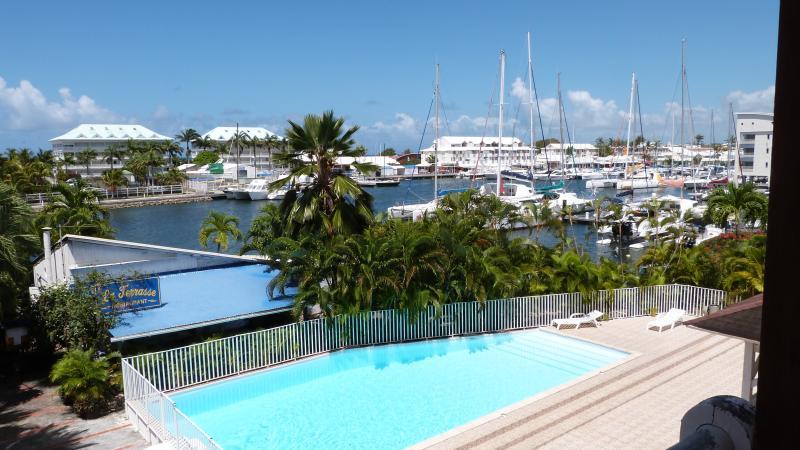 Vue de l'entrée sur la piscine de la résidence et la Marina.