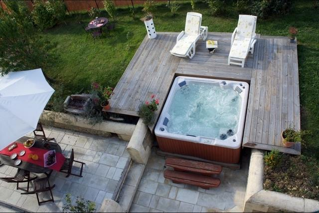 House naturelle  in charente maritime with hot tub, holiday rental in Semoussac