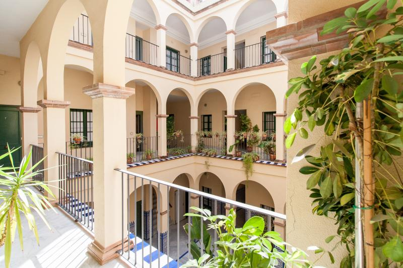 PARKING INCLUDED. 2 Bedrooms Apartment in Monumental Area, vacation rental in Seville