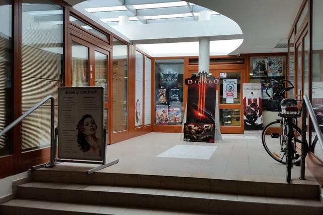 L'entrée du bâtiment avec commerces