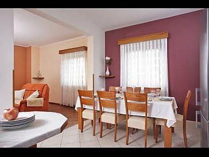 H(8+2): dining room