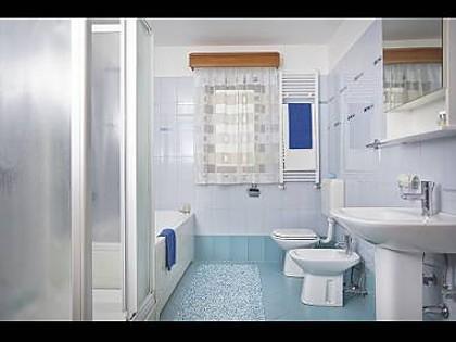 H(8+2) : salle de bains avec WC