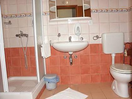 A17(4+2): bathroom with toilet