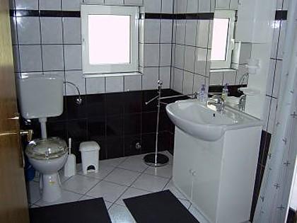 A2 Četvorka (4+1): bathroom with toilet