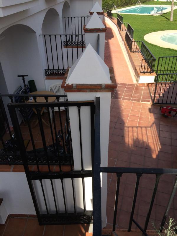 Muestra la distancia de las piscinas desde la terraza privada