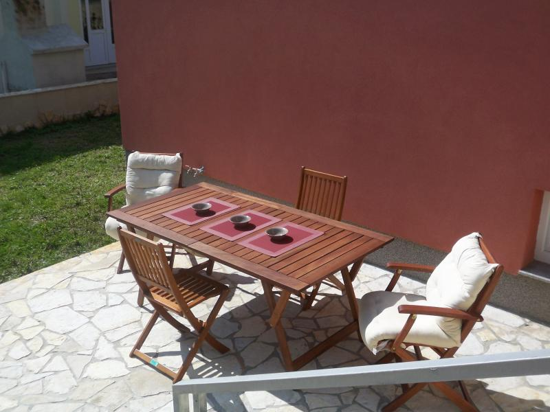 house with two separate apartments, garden, parkin, holiday rental in Okrug Gornji