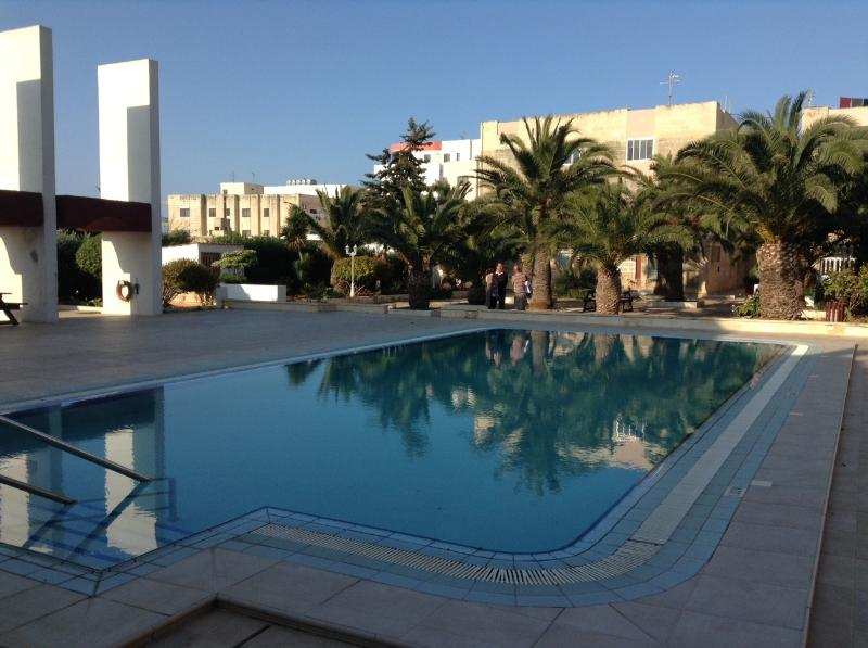 LUXURY SEAFRONT APARTMENT WITH POOL (ENHANCED CLEANING PROTOCOL), holiday rental in Qawra