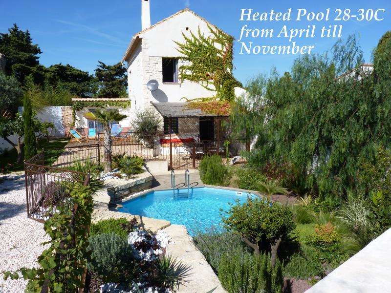 Authentique Mas du sud de la France, sa piscine chauffée privée et son jardin, dans un calme absolu