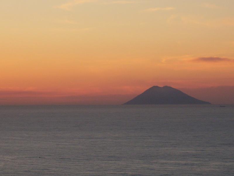 foto de Vulcão Stromboli tirada do pátio lá são sete ilhas que você pode ver.