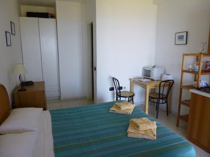 Dentro do apartamento, agradável e arejado a janela tem cego de rede de mosquito