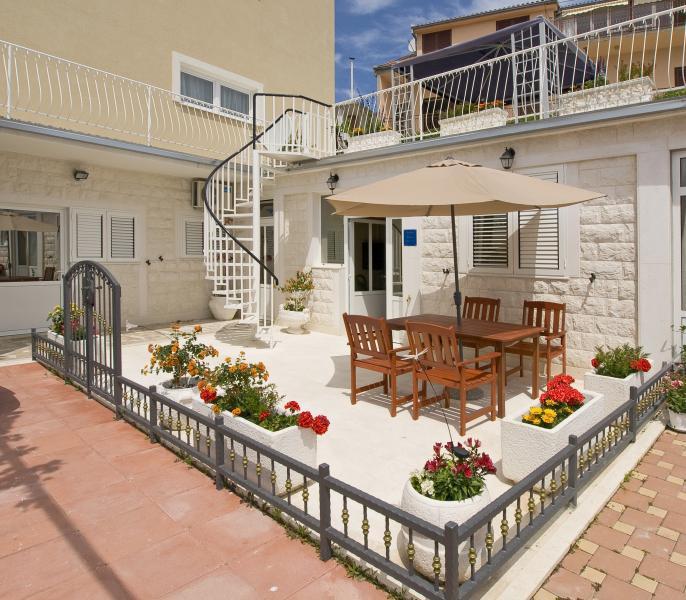 APARTMENT MARIA WITH SEA VIEW, SEGET VRANJICA, vacation rental in Seget Vranjica