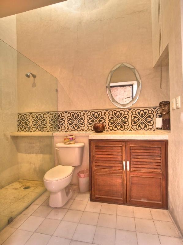 Espagnole de salle de bains avec porte patio