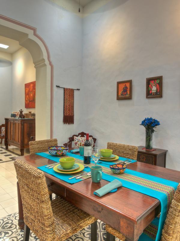 Belle salle à manger pour quatre à dîner, avec une armoire antique en arrière-plan