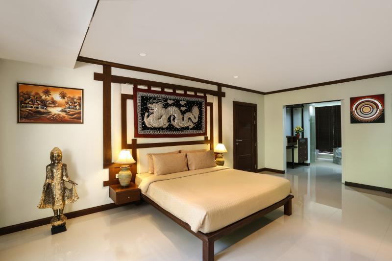 Dormitorio principal, con vistas a la entrada de baño