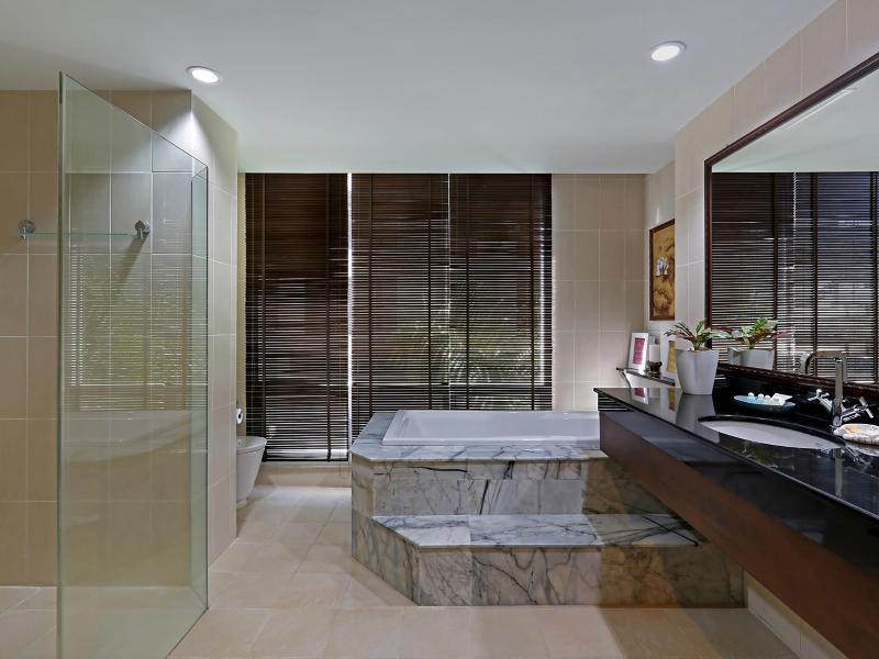 En suite con dormitorio principal, gran ducha y baño de mármol.