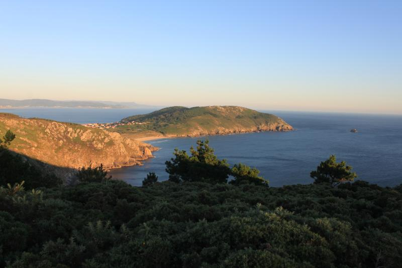 Vista norte de Finisterre, faro y playa Mar de Fora