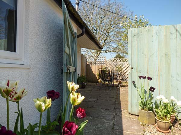 RECTORY COTTAGE, all ground floor, en-suite, parking, garden, in Abergavenny, holiday rental in Torfaen