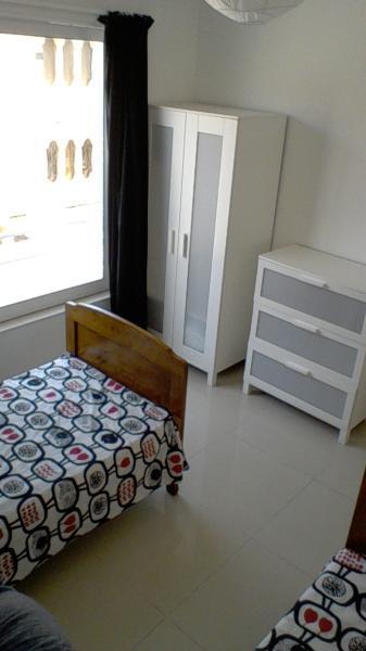 segundo dormitorio con un montón de almacenaje