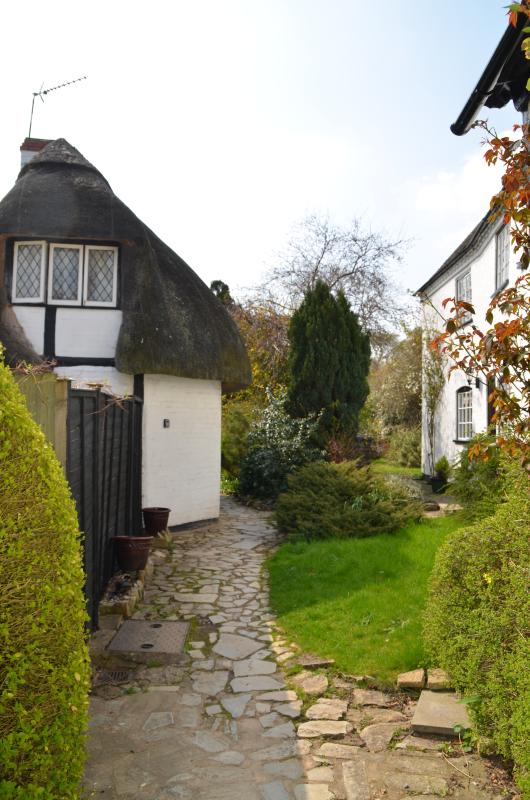 Enjoy the peaceful setting yet you are only a mile away from Stratford Upon Avon Town Centre