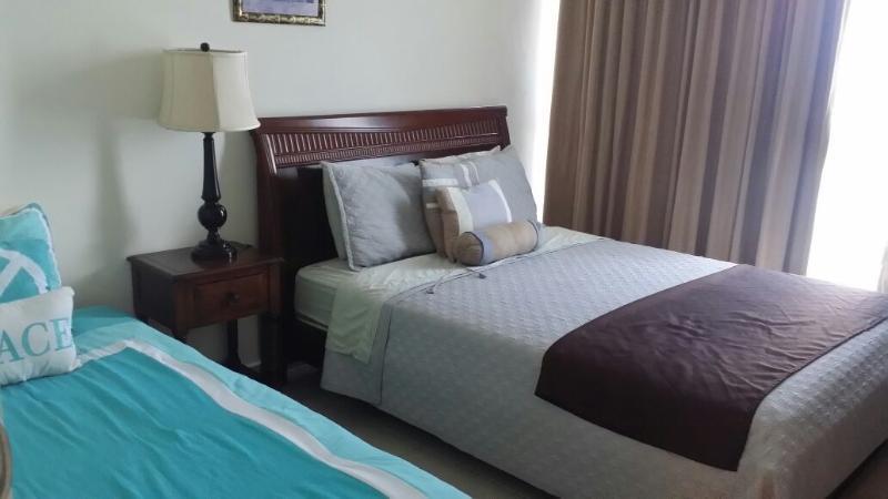 Deuxième chambre avec lit queen size et lit jumeau