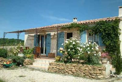 2 Bedroom Villa in Bouches du Rhone, aluguéis de temporada em Saint-Cannat