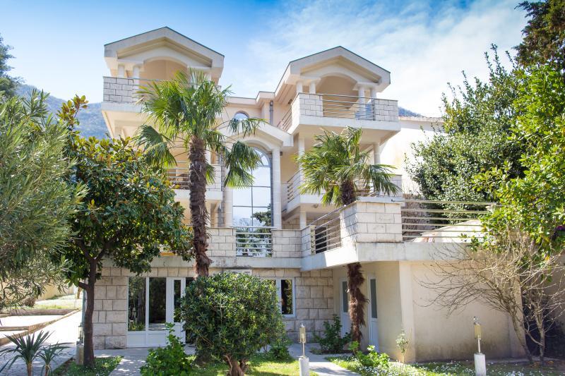 Villa Troya beach 20m from sea, vacation rental in Prcanj
