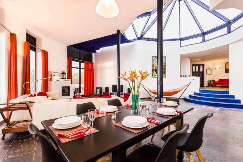 El área de comedor y sala de estar de la casa principal