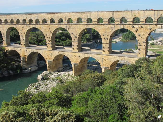 A 800 m da Pont du Gard, uma sala independente e exótica com kitchenette