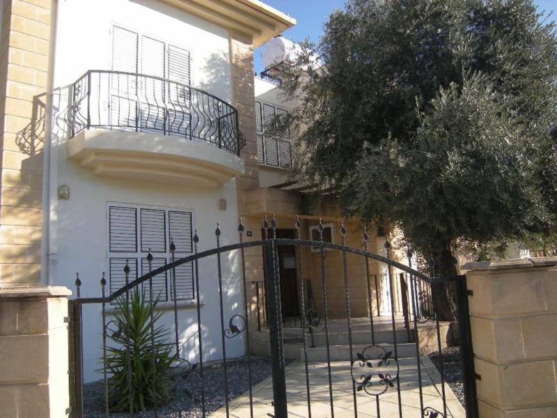 Kyrenia, ruime villa met 3 slaapkamers, privé zwembad, Wi-Fi, A / C, uitzicht op de bergen