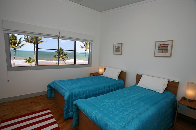 Bella's Beach House-Twin Bedroom