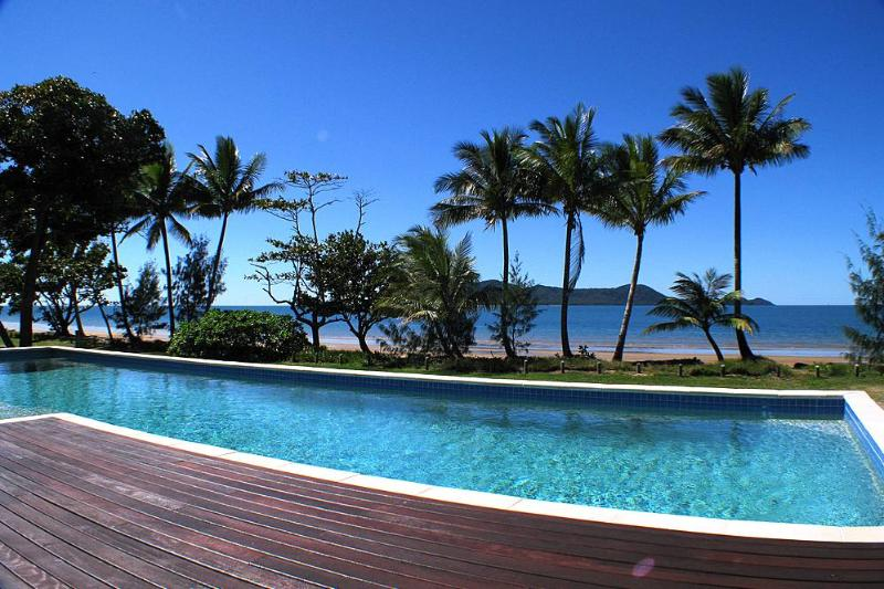 Bella's Beach House-Pool naar Dunk Island