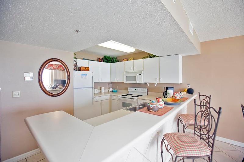Large Kitchen w/ Breakfast Bar