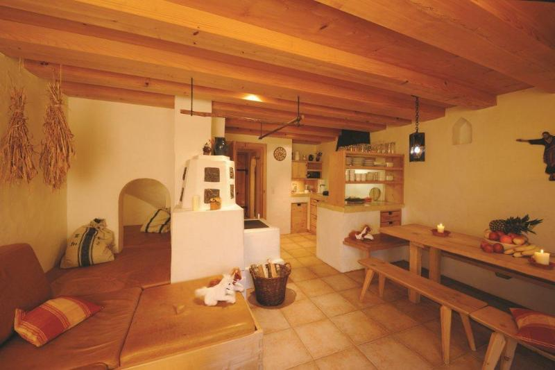 Kachelofen mit Spielhöhle, Bauernstube mit Holzdecken