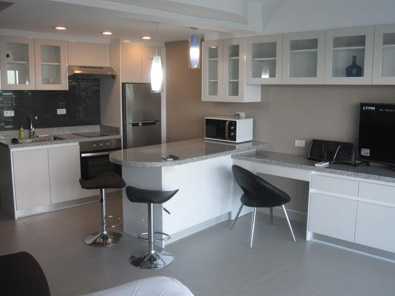 New Nimman Condo #3 includes scooter, airport  P/U, alquiler vacacional en Doi Suthep
